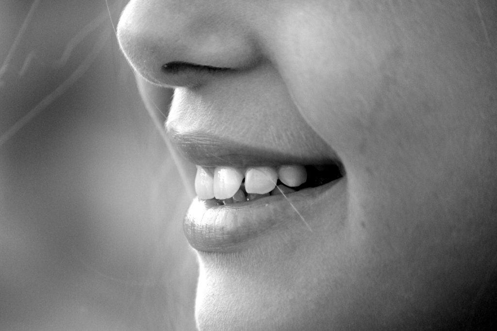 Jak skutecznie usunąć wąsik nad ustami? Poznaj laserową metodę depilacji